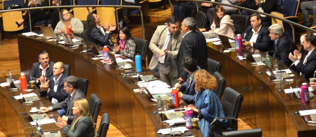 Diputados aplaudiendo la sanción de la ley de Emergencia Alimentaria