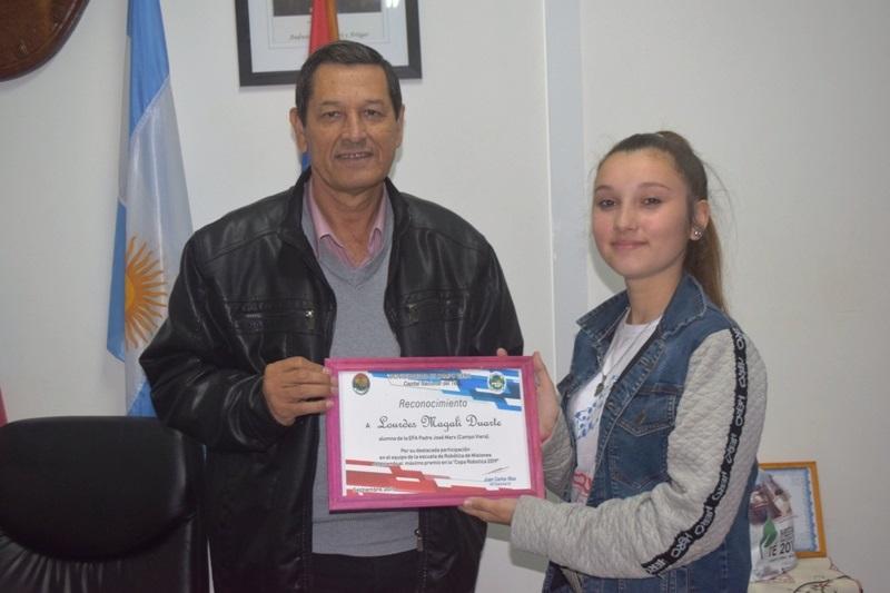 Intendente de Campo Viera Juan Carlos Ríos - las alumna de la EFA Padre José Marx, Lourdes Magali Duarte
