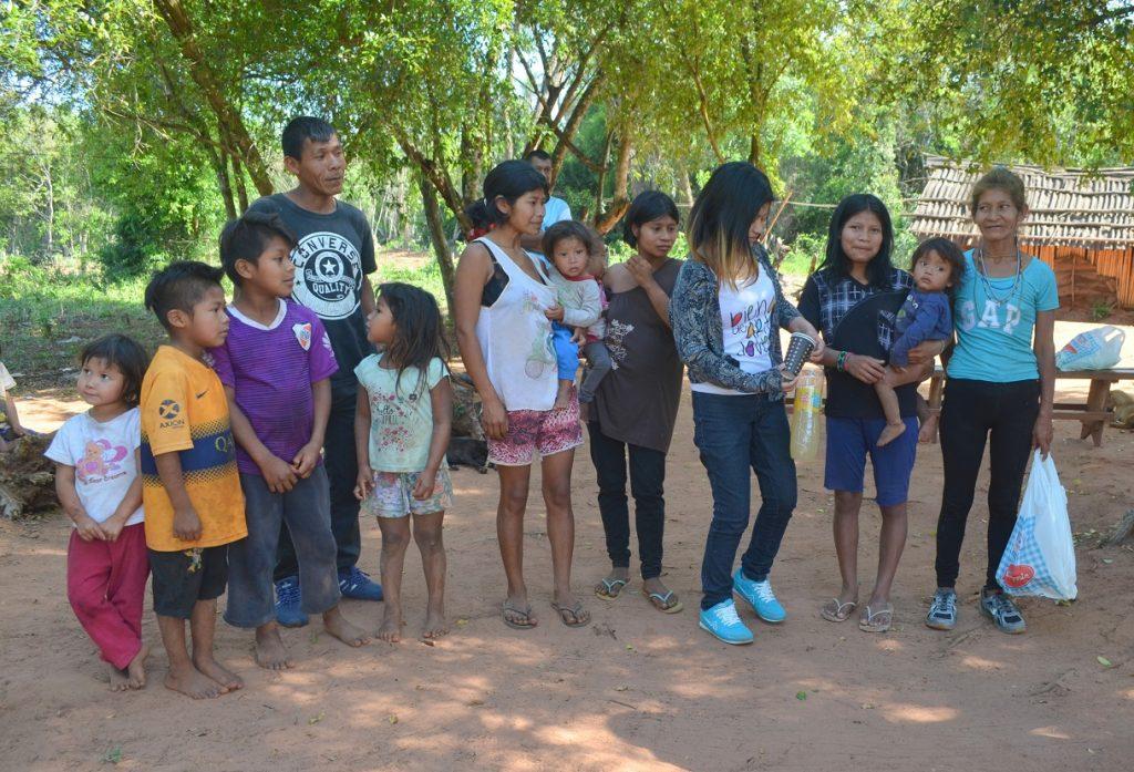 Miriam con su familia en la comunidad Tekoá Kokuereí