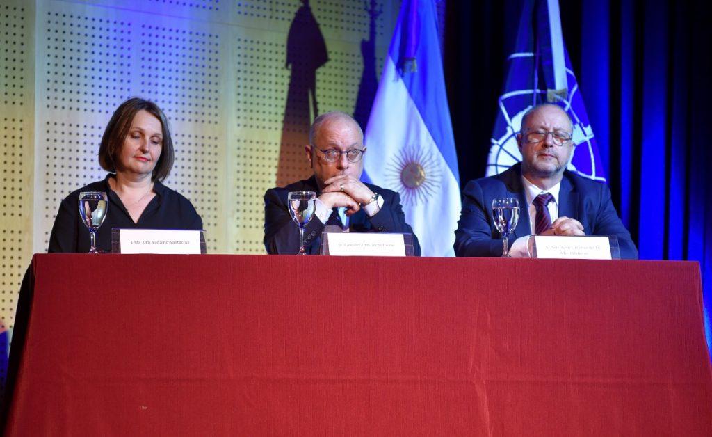 El canciller Jorge Faurie acompañado por el secretario ejecutivo del Tratado Antártico Albert Lluberas y embajadora de Finlandia en Argentina Kirsi Vanamo