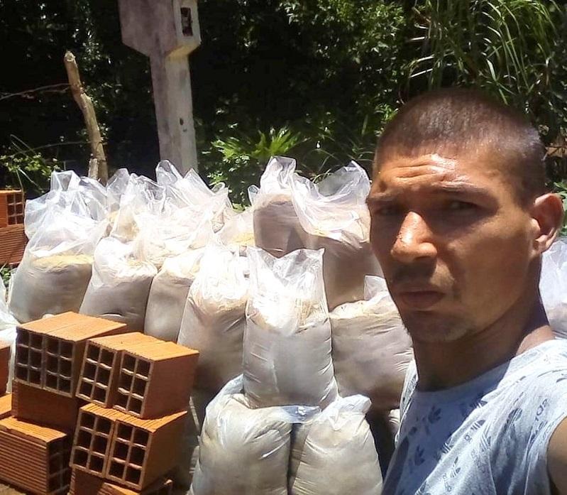 Juan Lukasieviz junto a otros militantes del PAyS, recibieron los materiales para construir el baño de la Abuela María