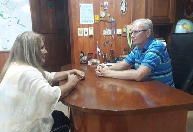 La Delegada del RENATRE de Misiones Wilma Andino con el Intendente de la localidad de Andresito, Bruno Beck