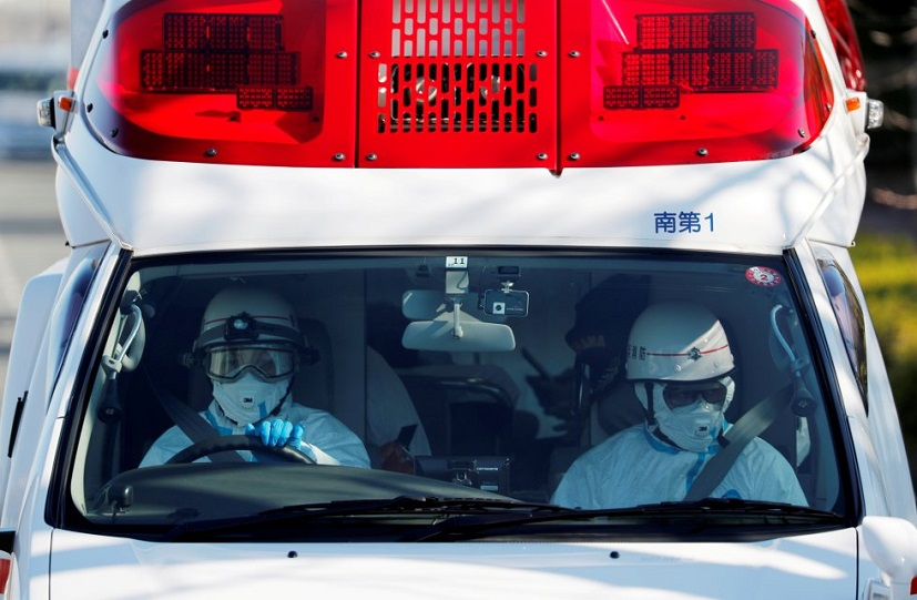 Ambulancia transporta a personas para ser evacuadas