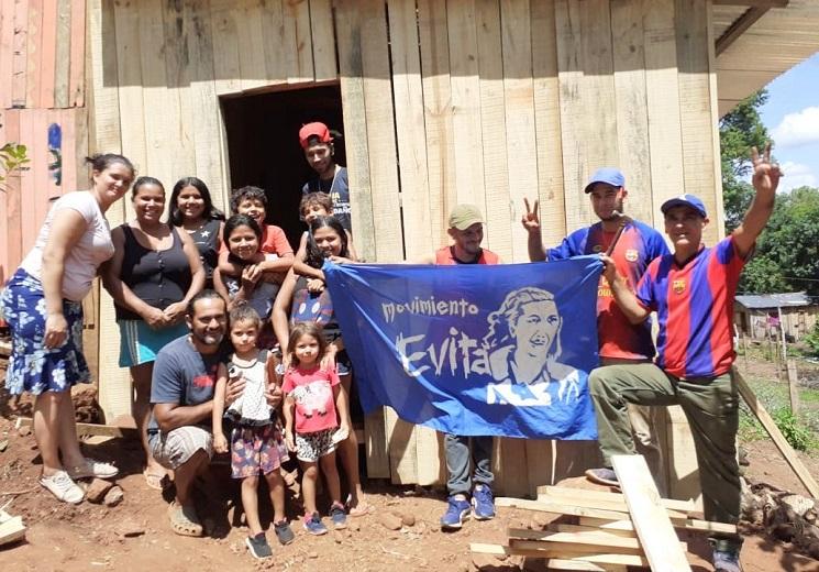 Militantes del Movimiento Evita construyeron una casa a Vanesa Aquino y su familia