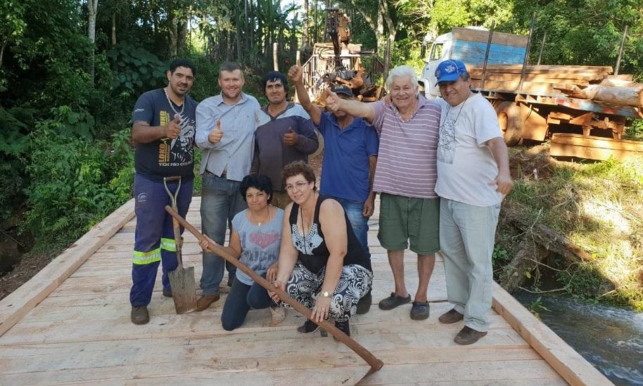 Roberto Wern, intendente de Colonia Delicia, junto a un grupo de trabajadores