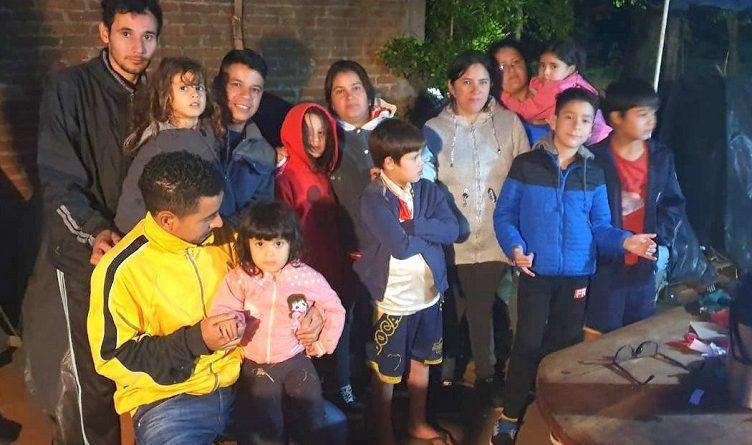Familias que no tienen casas pasan la cuarentena en carpas