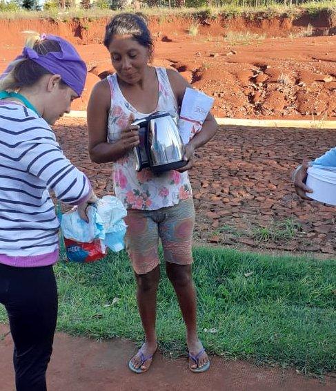 Maria Delgado, retira leche para sus hijos del merendero del Evita en Irigoyen