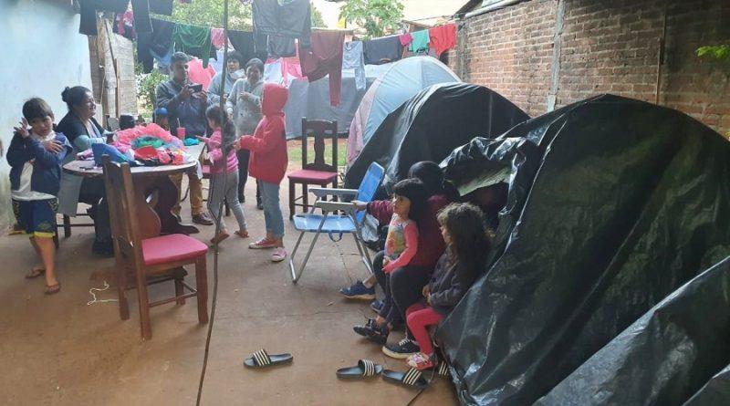 Familias sobreviven en carpas y mientras esperan sus viviendas en Garupá