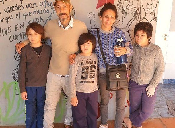 La familia que integran Carmen y Gustavo y sus hijos esperan una solución habitacional