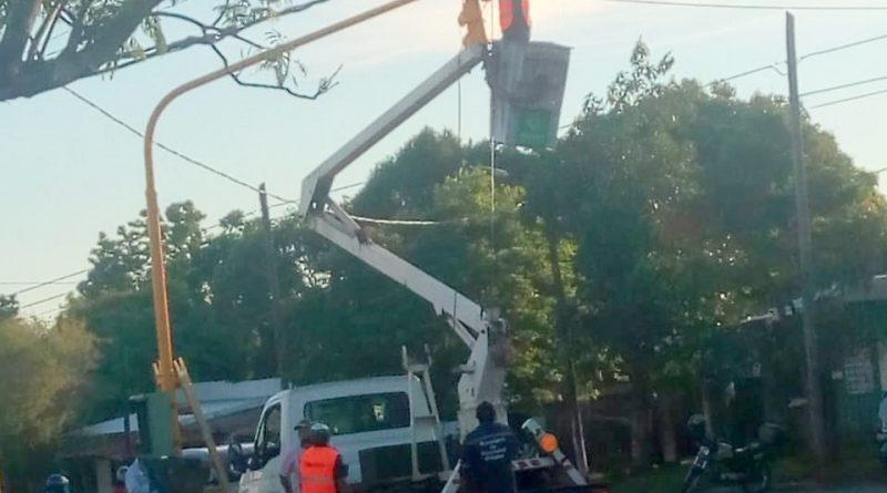 Personal de la Municipalidad de Posadas instalando el semáforo