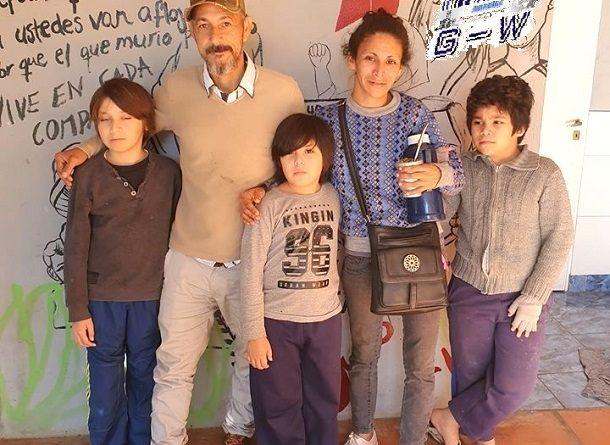 La familia que vivía en situación de calle en Villa Cabello ya tiene su casa propia