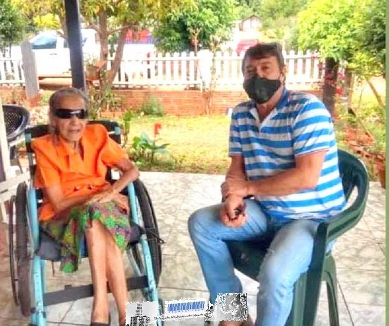 La abuela María con el diputado nacional, Héctor Bárbaro