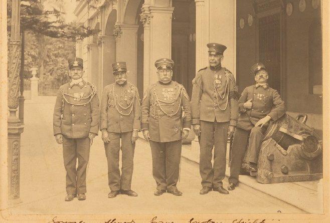 Luciendo orgullosamente sus uniformes y condecoraciones. Sus apellidos son González, Almada, Gómez, Escobar y Chiappini