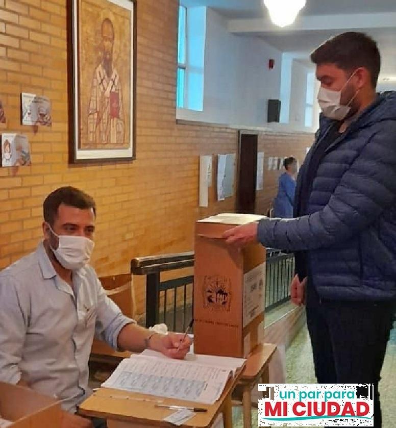 El candidato a Concejal por el sublema Un Par para mi Ciudad, del Frente Juntos por el Cambio Francisco Souza, emitió su voto